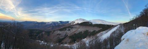 Panoramiczny widok góra w opóźnionej zimie Obrazy Stock