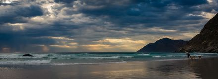 Panoramiczny widok góry, niebo i plaża przy zmierzchem Zdjęcia Royalty Free