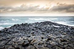Panoramiczny widok Gigantyczny ` s droga na grobli, Irlandia zdjęcia royalty free