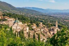 Panoramiczny widok historyczny miasteczko Assisi i Sławny Papieski b fotografia stock