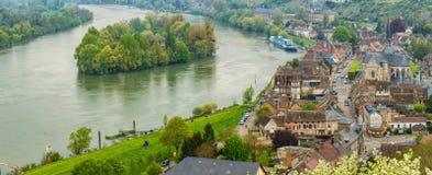 Panoramiczny widok historyczny miasteczko Les Andelys, od gro fotografia stock