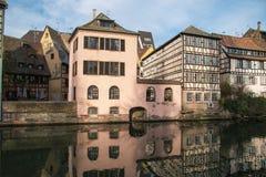 Panoramiczny widok historyczny Strasbourg miasto w kanale zdjęcie royalty free