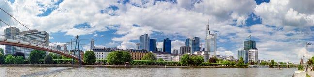 Panoramiczny widok Holbeinsteg most i Frankfurt linia horyzontu Fotografia Royalty Free