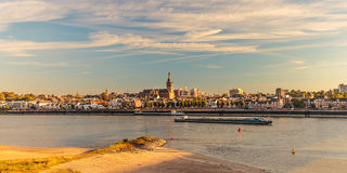 Panoramiczny widok Holenderski miasto Nijmegen podczas zmierzchu Zdjęcie Stock