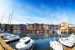 Panoramiczny widok Honfleur schronienie z jachtami zdjęcie royalty free