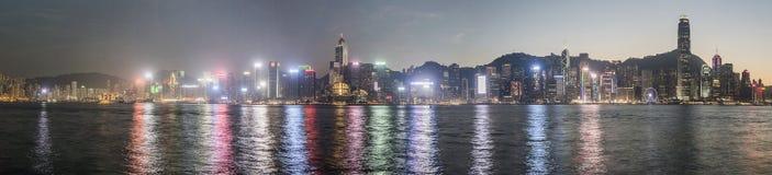 Panoramiczny widok Hong Kong linia horyzontu i swój odbicie przy zmierzchem fotografia stock
