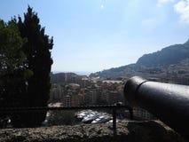 Panoramiczny widok i stary pistolet celowaliśmy schronienie z łodziami i horyzontem Monaco na Pogodnym letnim dniu Francuski Rivi obraz stock