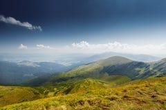 Panoramiczny widok idylliczna halna sceneria zdjęcia stock