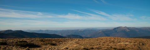 Panoramiczny widok idylliczna halna sceneria w s?onecznym dniu fotografia stock