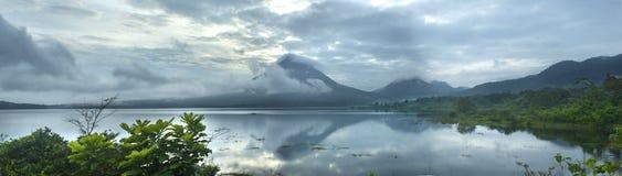 Panoramiczny widok Jeziorny Arenal i Arenal wulkan obrazy royalty free