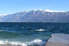 Panoramiczny widok Jeziorny Garda Brescia, Włochy na burzowym dniu - Zdjęcia Stock