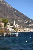 Panoramiczny widok Jeziorny Garda Brescia, Włochy na burzowym dniu - Fotografia Stock