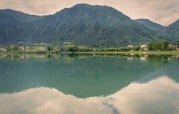 Panoramiczny widok Jeziorny Idro w wiośnie Brescia, Lombardy - zdjęcia royalty free