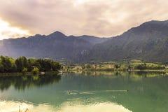 Panoramiczny widok Jeziorny Idro w wiośnie Brescia, Lombardy - obraz stock