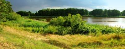 Panoramiczny widok jezioro w lesie Obraz Stock