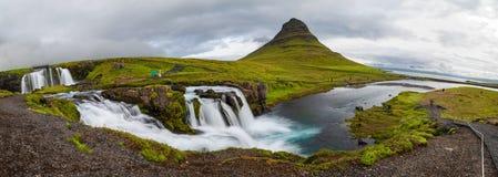 Panoramiczny widok Kirkjufellfoss i Kirkjufell góra w chmurnym dniu, Iceland Obraz Royalty Free