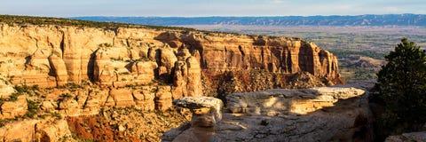 Panoramiczny widok Kolorado Krajowy zabytek składa się zadziwiający naturalne formacje blisko miasteczk Uroczysty złącze i Fruita zdjęcie royalty free