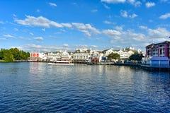 Panoramiczny widok kolorowy dockside na lightblue chmurnym tle przy Jeziornym Buena Vista terenem 2 fotografia stock