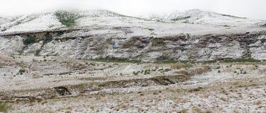 Panoramiczny widok lekki opad śniegu przy golden gate gdy ono zakrywa Drakensberg góry na zimnym ranku Fotografia Stock