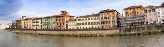 Panoramiczny widok Lungarni colourful budynki, Pisa - Tuscany - obrazy royalty free