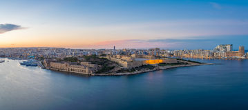 Panoramiczny widok Malta Manoel od Valletta przy błękitną godziną i fort - Malta Zdjęcie Royalty Free