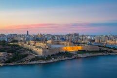 Panoramiczny widok Malta od Valletta przy błękitną godziną - Malta Fotografia Stock