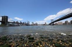 Panoramiczny widok Manhattan między mostem brooklyńskim i Manhattan mostem Obrazy Royalty Free