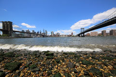 Panoramiczny widok Manhattan między mostem brooklyńskim i Manhattan mostem Zdjęcie Stock