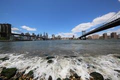 Panoramiczny widok Manhattan między mostem brooklyńskim i Manhattan mostem Zdjęcia Stock