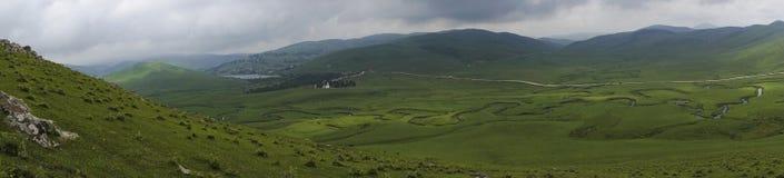 Panoramiczny widok meandering strumień z górami i chmurami przy Persembe plateau przy Ordu Turcja fotografia stock