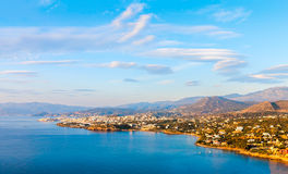 Panoramiczny widok miasteczko Agios Nikolaos i Mirabello b Obrazy Royalty Free