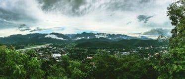 Panoramiczny widok miasto, miasteczko w dolinie, miasto trzy mgła Zdjęcie Royalty Free