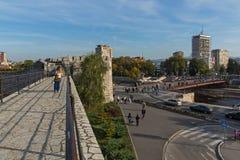 Panoramiczny widok miasto Nis i most nad Nisava rzeką, Serbia fotografia royalty free