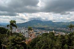 Panoramiczny widok miasto Pereira z mostem Dos quebradas Fotografia Stock