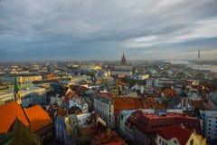 Panoramiczny widok miasto Ryski, Latvia od wzrosta basztowy kościół St Peter fotografia stock