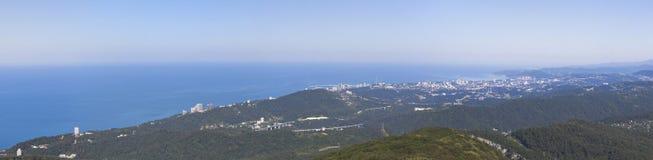 Panoramiczny widok miasto Sochi z górami Duży Ahun obraz stock