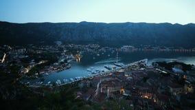Panoramiczny widok miejscowości turystycznej miasteczko Kotor z portem, schronienie, piękny wieczór krajobraz wewnątrz z morzem i zdjęcie wideo