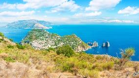 Panoramiczny widok morze, miasto i góry, zdjęcia royalty free