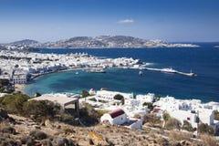 panoramiczny widok Mykonos grodzki schronienie z sławnymi wiatraczkami od nad wzgórza na pogodnym letnim dniu, Mykonos, Cyclades, zdjęcia royalty free