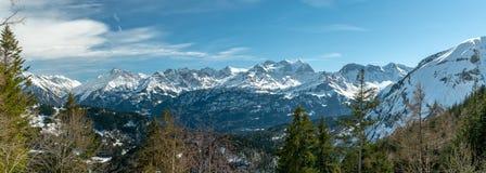 Panoramiczny widok na śnieżnych i majestatycznych szczytach Bernese Alps fotografia royalty free