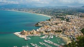 Panoramiczny widok na Castellamare Del Golfo, prowincja Trapani obrazy stock