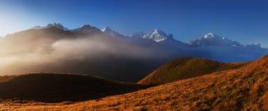 Panoramiczny widok na Chamonix dolinie w od lato słonecznego dnia Teren jest sceną popularna Mont Blanc wycieczka turysyczna, Fra zdjęcia stock