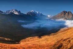 Panoramiczny widok na Chamonix dolinie w od lato słonecznego dnia Teren jest sceną popularna Mont Blanc wycieczka turysyczna, Fra fotografia stock