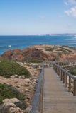 Panoramiczny widok na drewnianym footbridge w scenicznym seascape atlantycki ocean w Portugal Fotografia Royalty Free