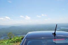 Panoramiczny widok na górach i rzeka krajobrazie z samochodem przy wierzchołkiem góra Fotografia Royalty Free