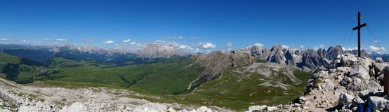 Panoramiczny widok na halnym szczycie i fantastyczny widok na otaczających górach Obrazy Royalty Free