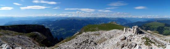 Panoramiczny widok na halnym szczycie i fantastyczny widok na otaczających górach Obraz Stock
