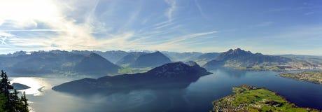 Panoramiczny widok na Jeziornej lucernie, górze Pilatus i Szwajcarskich Alps, zdjęcia royalty free