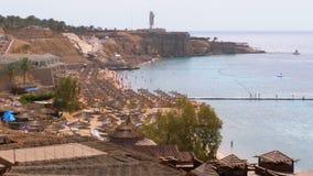Panoramiczny widok na koral pla?y z parasolami, sunbeds i palmami przy luksusowym hotelem na Czerwonym morzu przy raf?, Egipt zbiory wideo