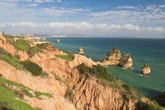 Panoramiczny widok na pięknego morza jaskiniowych falezach atlantycka linia brzegowa w niebieskim niebie Fotografia Royalty Free